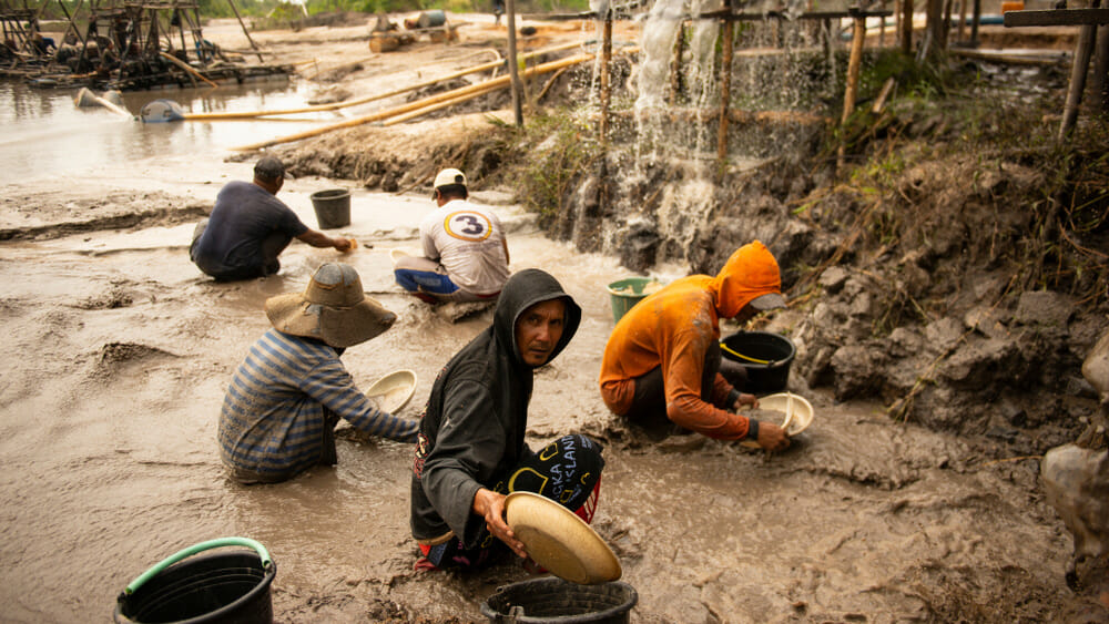 Bergleute sieben Land auf der Suche nach Zinn in Bangka Belitung, Indonesien
